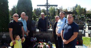 Izaslanstvo SAVEZ-a UDHOS, položilo je vijenac i zapalilo svijeće na grobu Ante Paradžika.